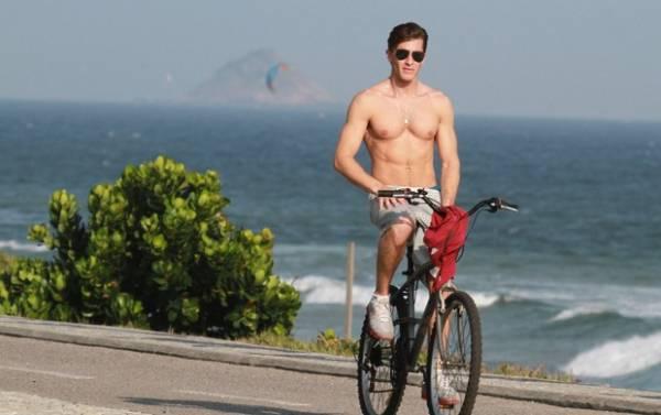 De folga, Klebber Toledo mostra tanquinho e pedala na praia