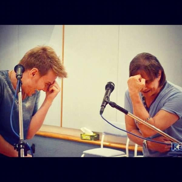 Michel Teló realiza sonho e ensaia com Roberto Carlos: