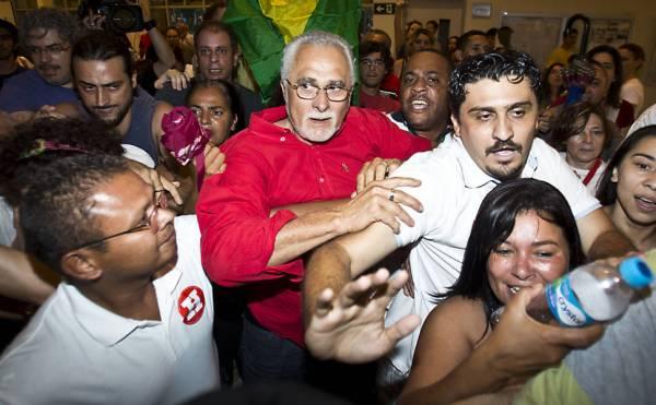 Militantes do PT agridem jornalistas durante votação de Genoino em SP