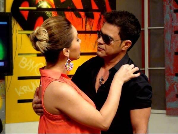 Zezé Di Camargo beija apresentadora paraguaia em programa de tevê; foto
