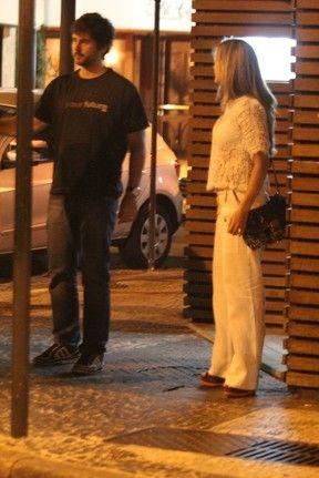 Com blusa transparente, Claudia Leitte janta  com o marido no Rio