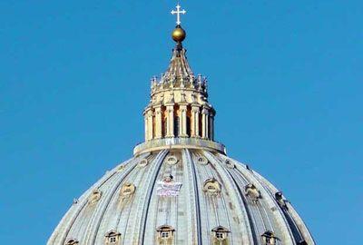 Italiano protesta a 130 m de altura em domo de basílica no Vaticano