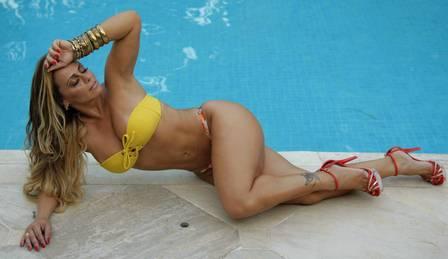 Quatro quilos mais magra, Viviane Araújo posa de biquíni aos 37