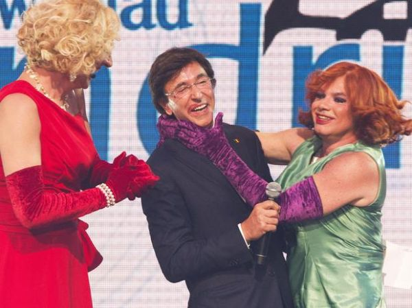 Travesti beija primeiro-ministro belga em entrega de prêmio