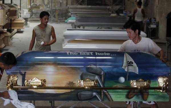 Fábrica constrói caixão equipado com sistema karaokê nas Filipinas