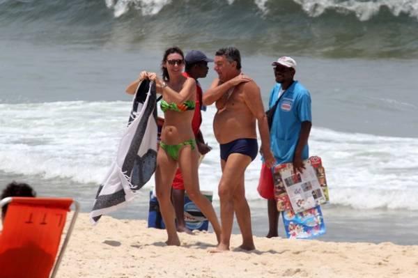 Glenda Kozlowski encontra Arnaldo Cezar Coelho em praia no Rio