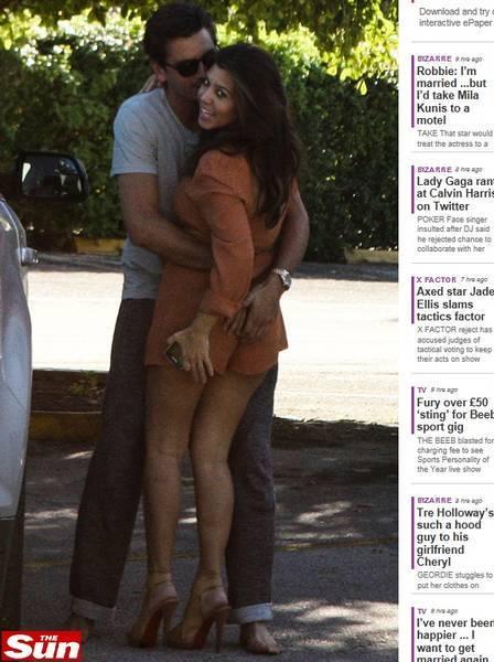 Irmã de Kim Kardashian ganha apalpada do namorado na rua