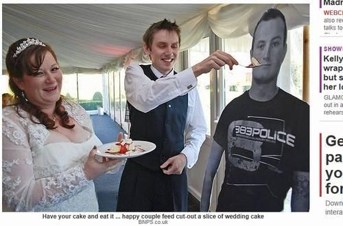 Irmão da noiva vai ao casamento na forma de papelão na Inglaterra