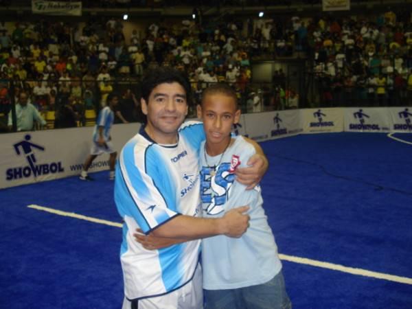 Neymar posta foto de quando era criança ao lado de Maradona