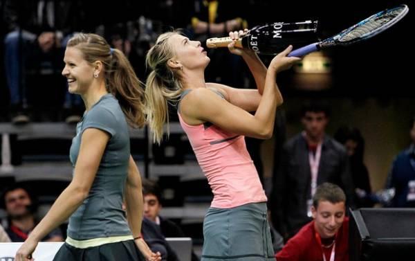Soltinha, musa russa Sharapova faz a festa da torcida em jogo-exibição