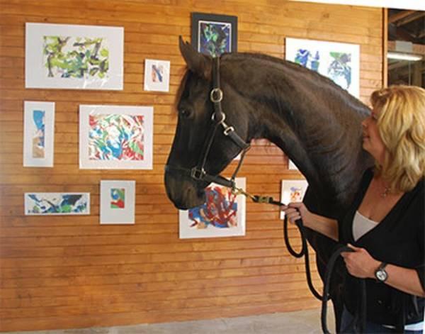 Cavalo pintor faz sucesso e vende quadro por R$ 5 mil