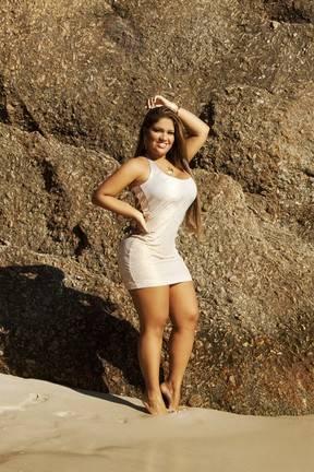 Mulher Filé faz fotos com vestidos justíssimos e mostra boa forma