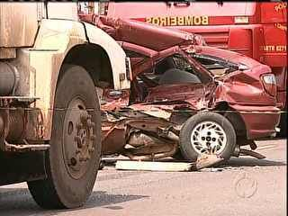 Carro é arrastado por caminhão por mais de 100 metros após batida