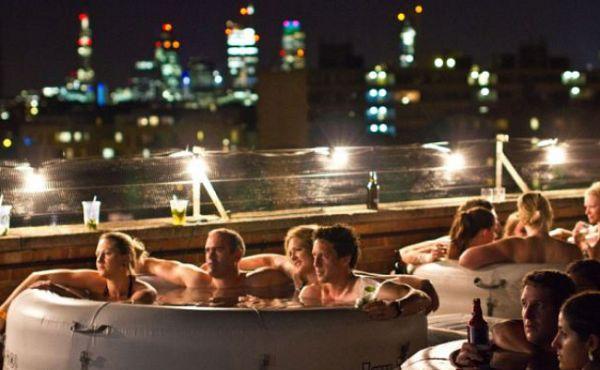 Cinema em Londres tem banheiras  de hidro e drinques a céu aberto