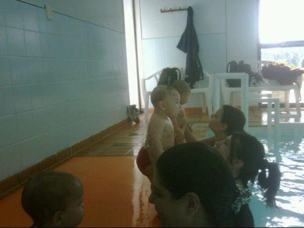 Ex-BBB Priscila Pires  leva filho para 1ª aula  de natação: