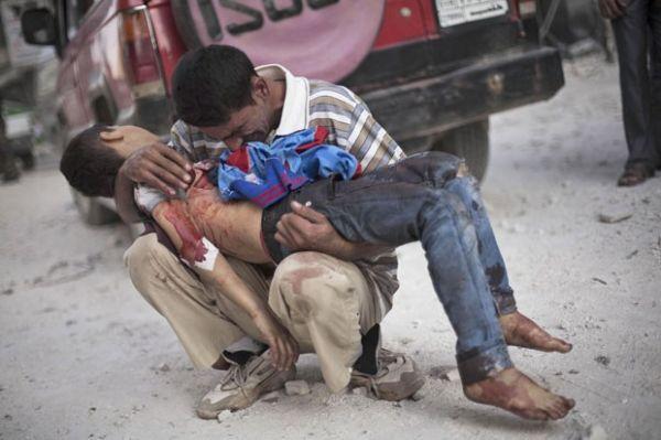 Imagem chocante mostra pai sírio chorando com filho morto em ataque