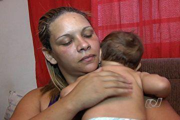 Mãe salva filha de 8 meses enquanto assaltante leva carro