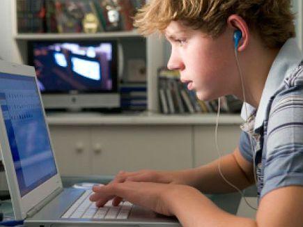 Metade dos adolescentes deleta o registro dos sites que visita