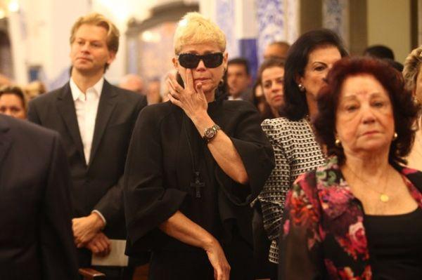 Loira, Xuxa participa da  Missa de Sétimo Dia de Hebe Camargo e não cumprimenta Galisteu