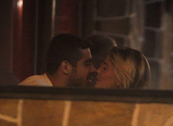 No escurinho, ex-BBB  Yuri troca beijos com loira em restaurante