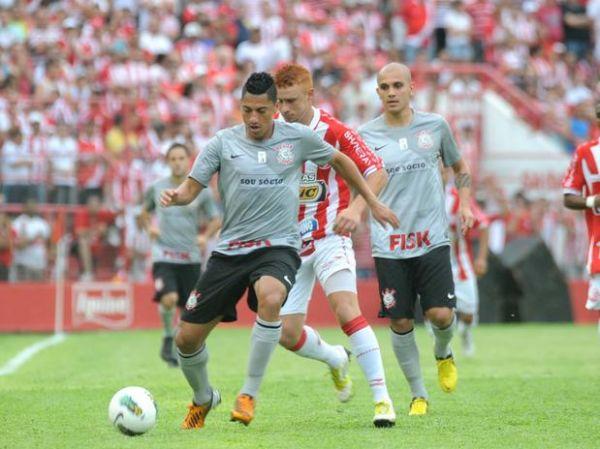 Com gol contra no fim, Náutico derruba Corinthians nos Aflitos