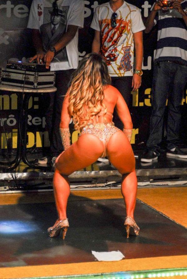 Figurino trai Mulher Melão e deixa celulites à mostra durante show