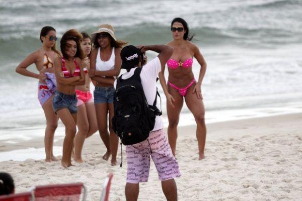 Gracyanne Barbosa é cercada por paparazzi em praia do Rio