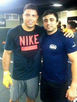 Ronaldo sua a camisa em treino com Anderson Silva antes do UFC Rio III