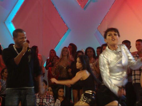 Sob olhar de MC Dolores, Xuxa dança muito funk em especial