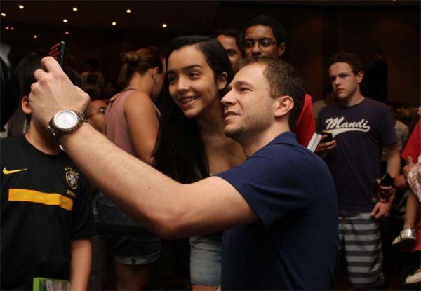 Apresentador Tiago Leifert autografa corpo de fã mirim em evento