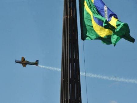 Esquadrilha da Fumaça se apresenta  na Troca da Bandeira