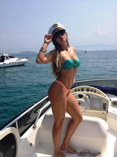 Candidata ao Miss Bumbum pelo Ceará mostra corpão em passeio de barco em Angra