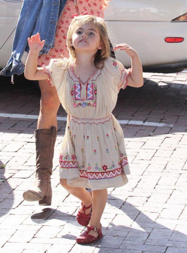 Filha de Alê Ambrósio capricha nas caretas para os paparazzi