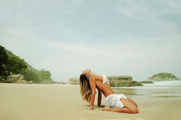 Graciella Carvalho exibe curvas em ensaio sexy na praia
