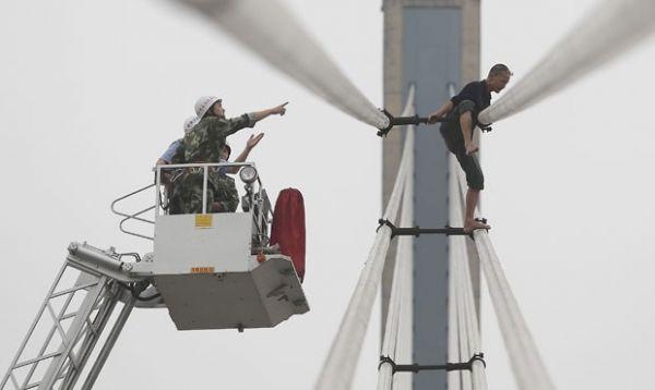 Homem é fotografado tentando pular de ponte na China