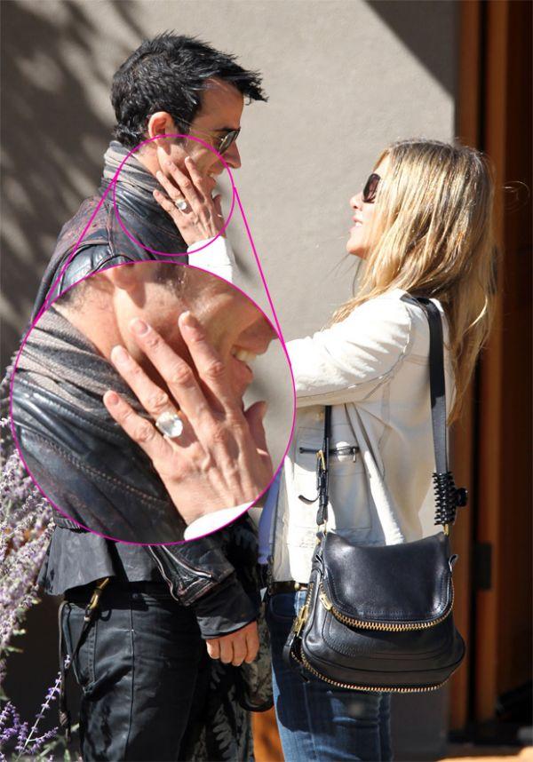 Jennifer Aniston exibe anel de noivado com diamante enorme