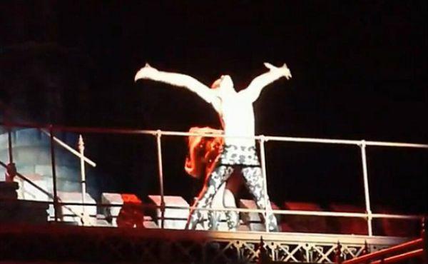 Lady Gaga vomita 4 vezes durante show e dançarino tenta disfarçar