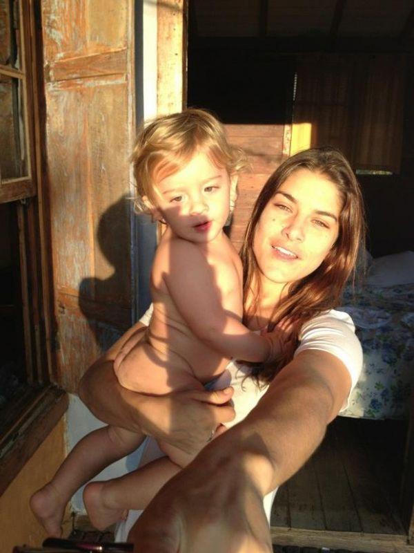 Priscila Fantin posta foto com filho: