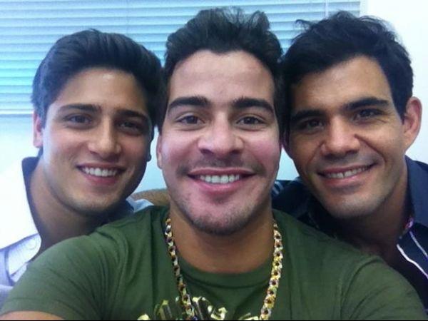 Thiago Martins posta foto com colegas de