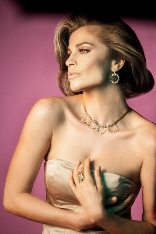 Grazi Massafera exibe decotão em campanha para marca de joias