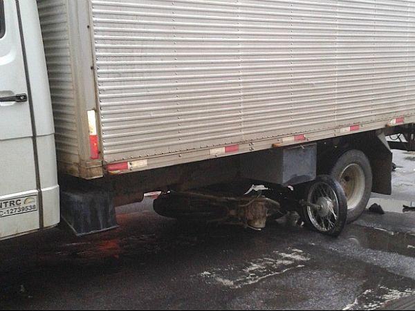 Jovem morre após moto entrar debaixo de caminhão