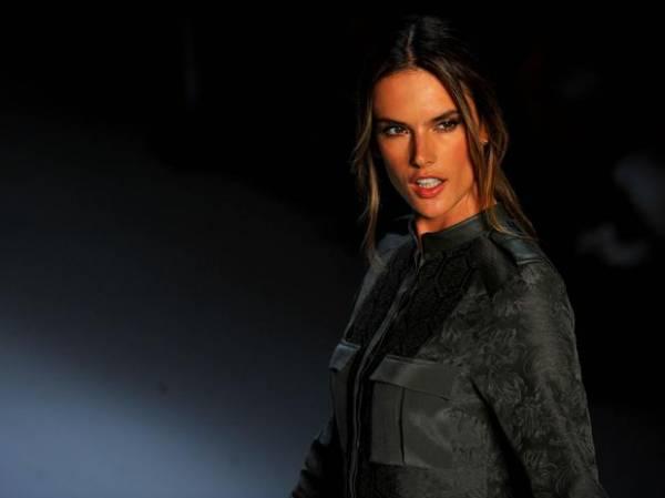 Alessandra Ambrosio faz suspense em prova de sutiã