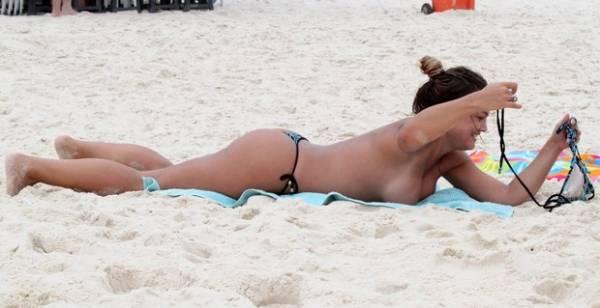 Caren Souza  se exibe e faz topless em praia