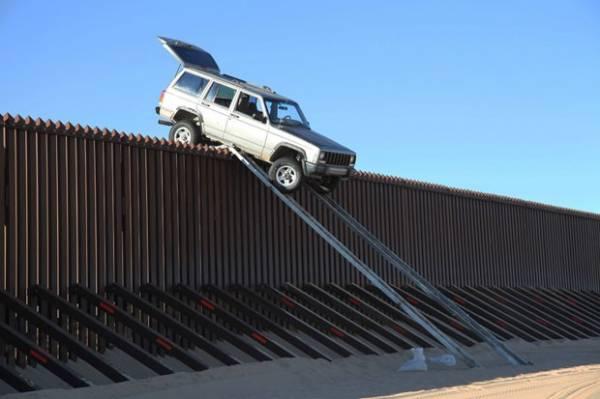 Dupla tenta cruzar com jipe cerca de 4,3 m na fronteira entre EUA e México