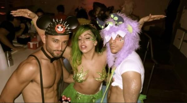 Lady Gaga se fantasia de maconha para o Halloween
