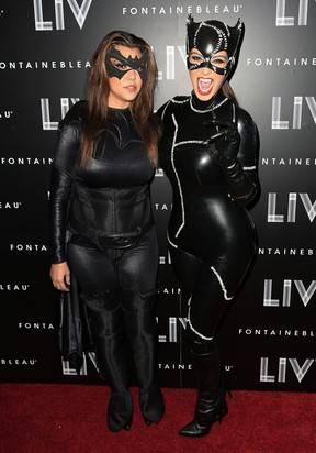 Miau! Kim Kardashian usa fantasia superjusta de Mulher-Gato