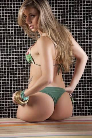 De topless, candidata piauiense ao Miss Bumbum posa para fotos sensuais por votos