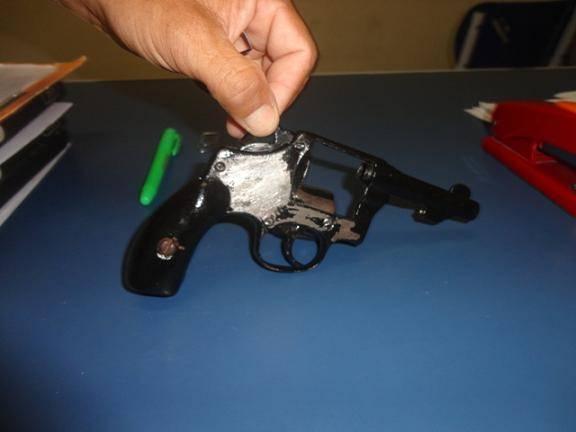 Frentista toma revólver de criminoso durante tentativa de assalto a posto de combustíveis.