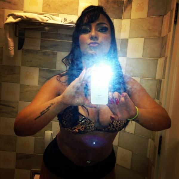 Melancia mostra tatuagem na virilha e quase beija fã em show