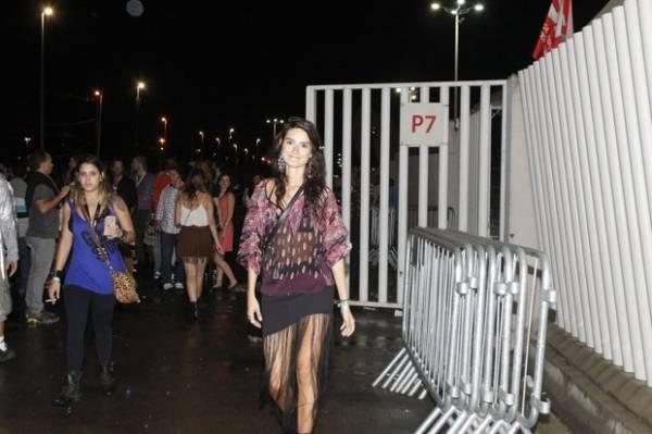 Será? Débora Nascimento deixa o show de Lady Gaga acompanhada